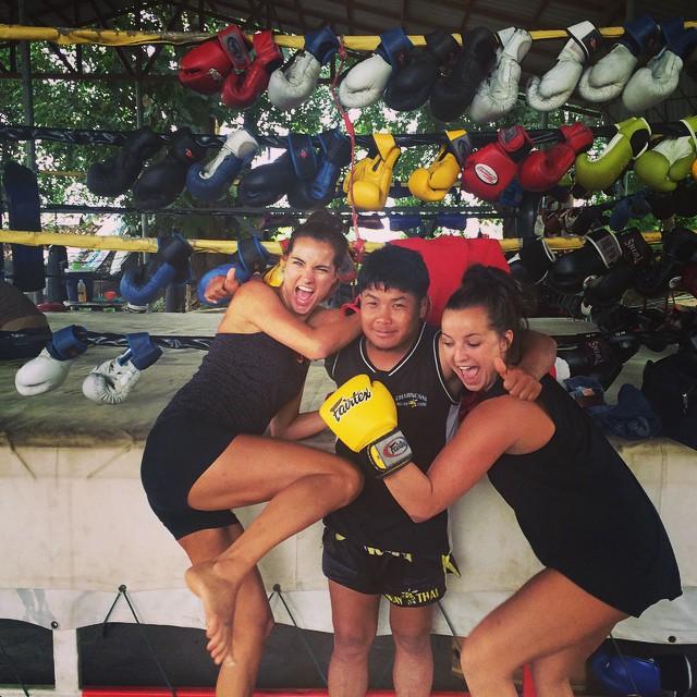 Kicking our trainers asssss! Voor de foto weliswaar. De enige asses die goed gekickt zijn tijdens Muay Thai, zijn die van zuslief en mij.