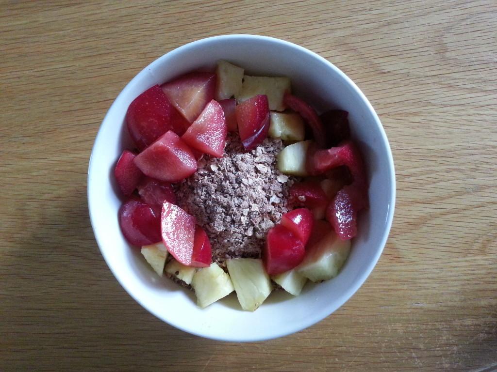 ontbijt: magere kwark met havermout, lijnzaad, chia zaad, tarwezemelen, rauwe cacao, moerbeien, goji bessen, pruimen en banaan.