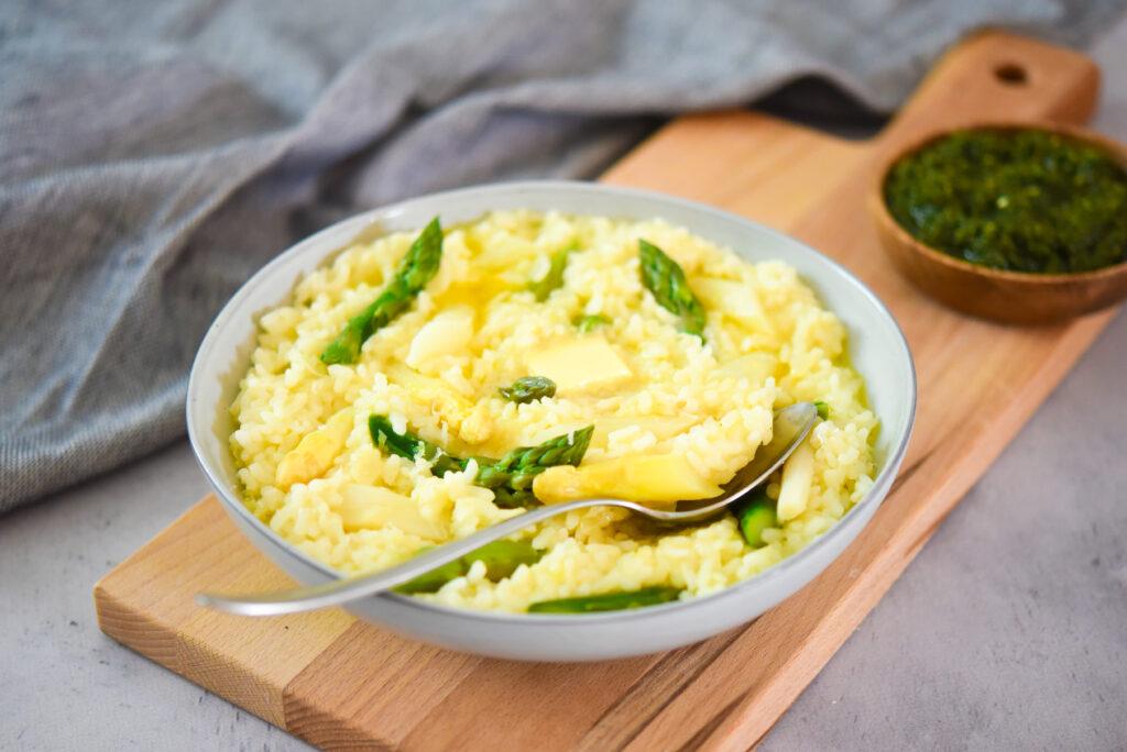 Risotto met witte asperges, doperwten en zelfgemaakte basilicum-pistachepesto_liggend
