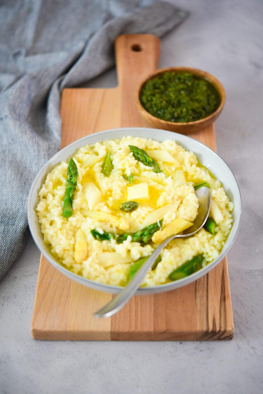 Risotto met witte asperges, doperwten en zelfgemaakte basilicum-pistachepesto_staand