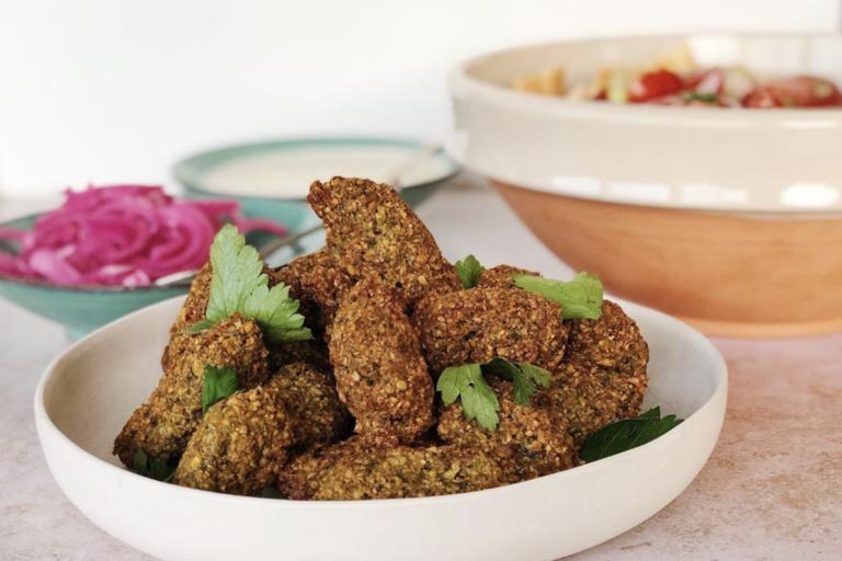 traditionele falafel, gepickelde ui, tahin, falafel, vegan