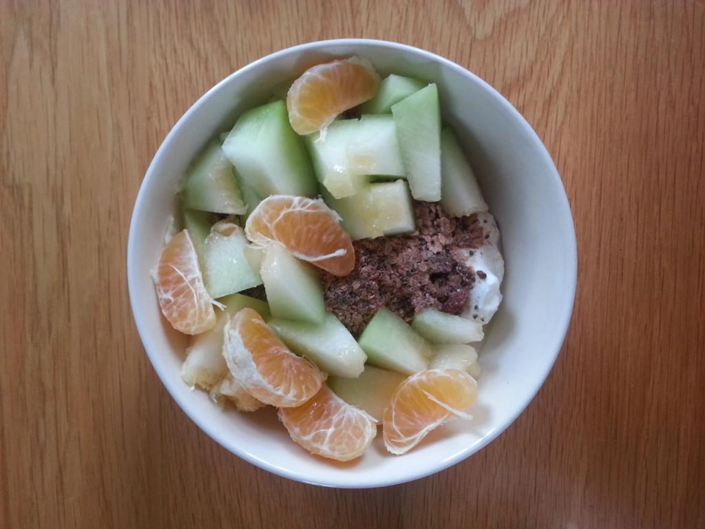 ontbijt: magere kwark met havermout, lijnzaad, chia zaad, tarwezemelen, rauwe cacao, moerbeien, gedroogde cranberry's. Dit keer met mandarijn en meloen.