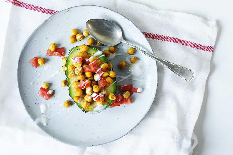 gegrilde avocado met kikkererwten en skinny knoflooksaus