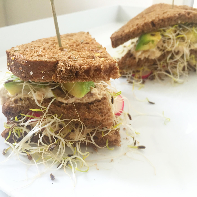 clubsandwich met zelfgemaakte makreelsalade