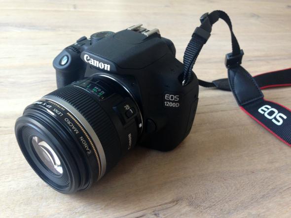 Canon EOS 1200D + lens