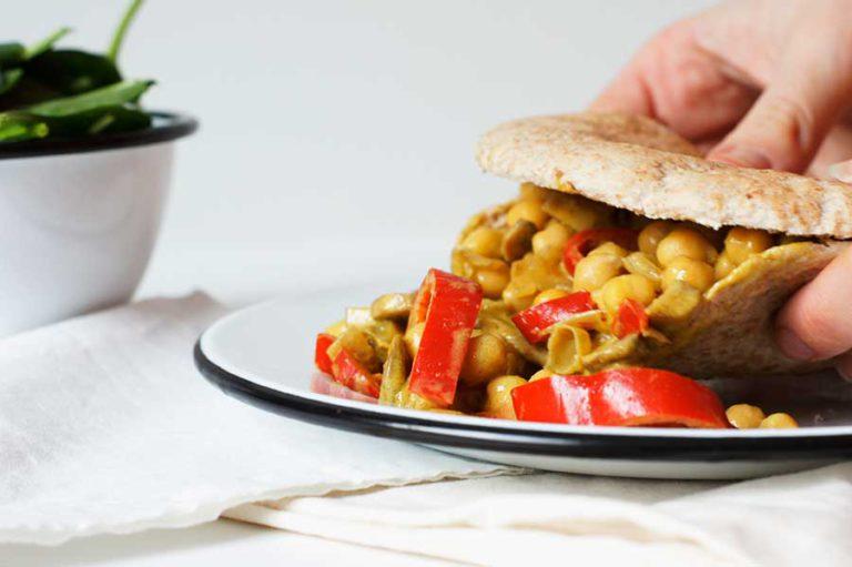 Groene curry pita met kikkererwten en rode paprika