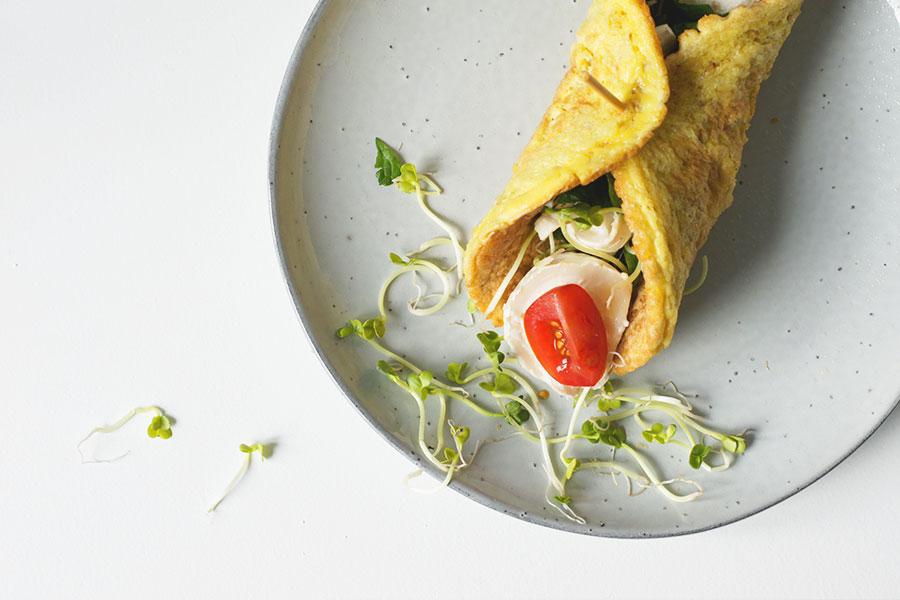 Havermout ei wrap met geitenkaas en kiemen, eiwitrijke recepten