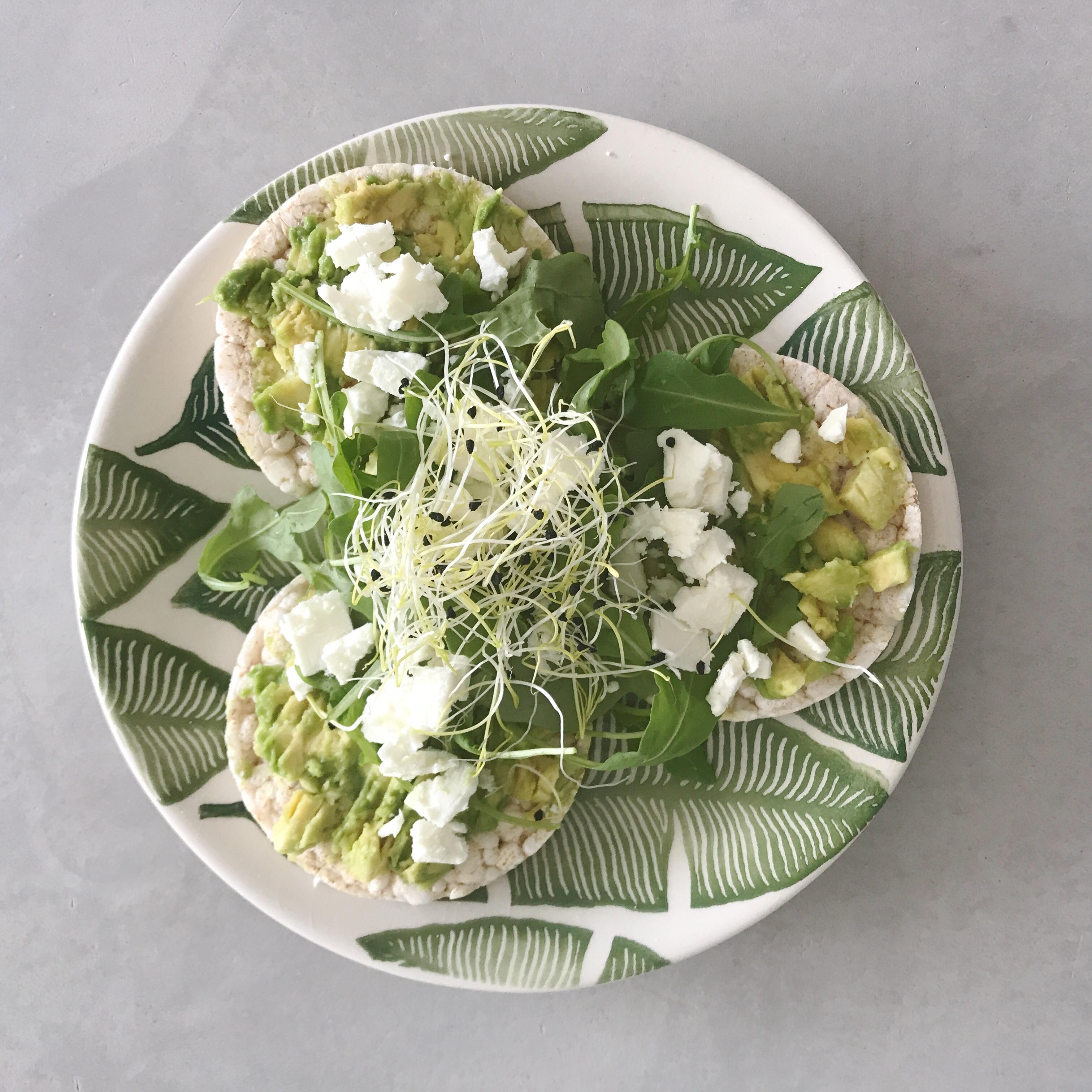 Frecious Zomer Detox, rijstwafels met avocado en feta