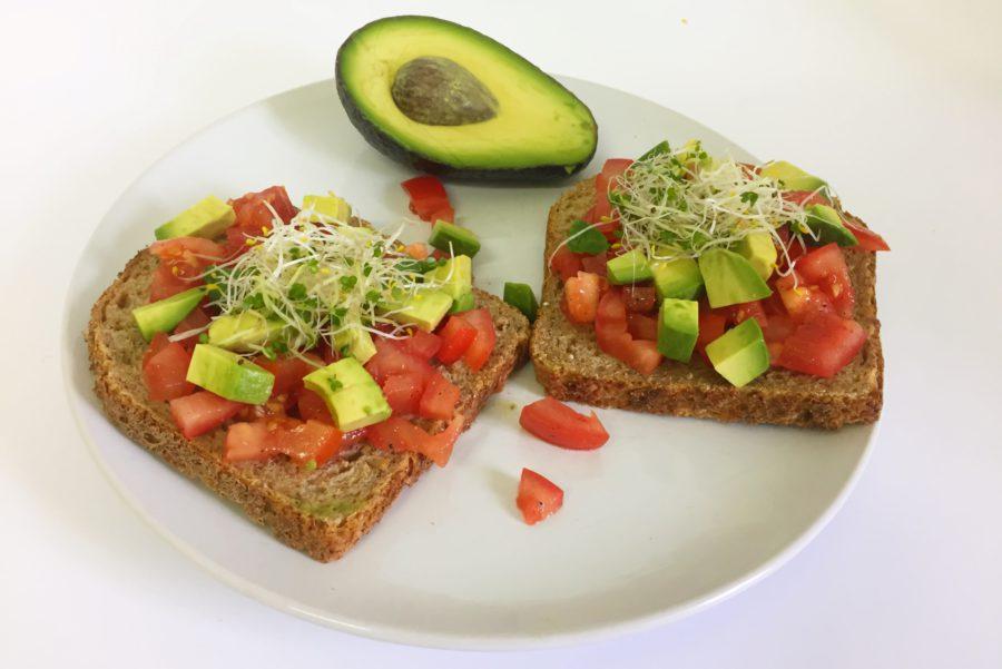 boterham met tomaat, avocado en kiemen