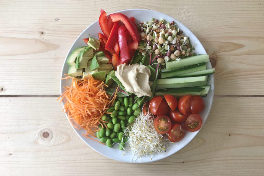 Buddha bowl met kiemen, groenten