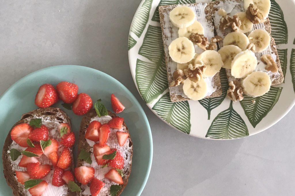 plantaardig ontbijten, aardbeien, banaan