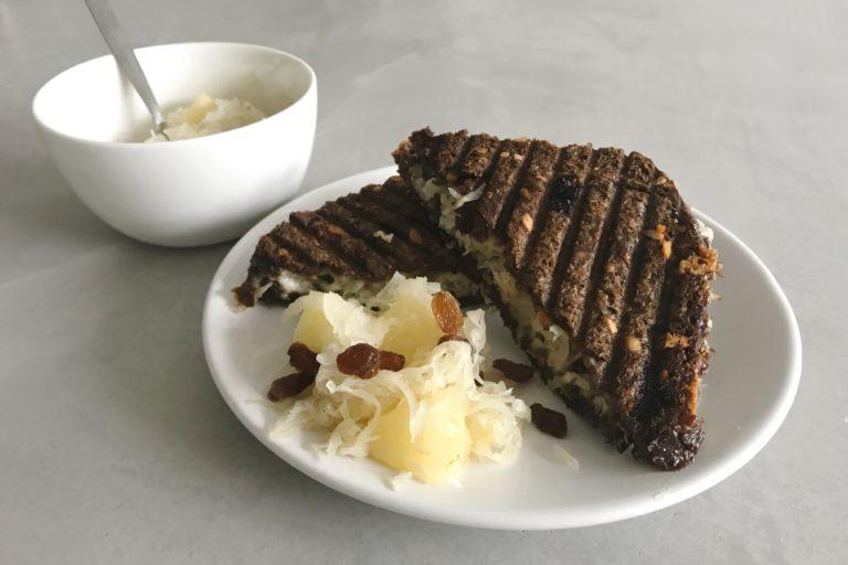 tosti met zuurkool, geitenkaas en ananas