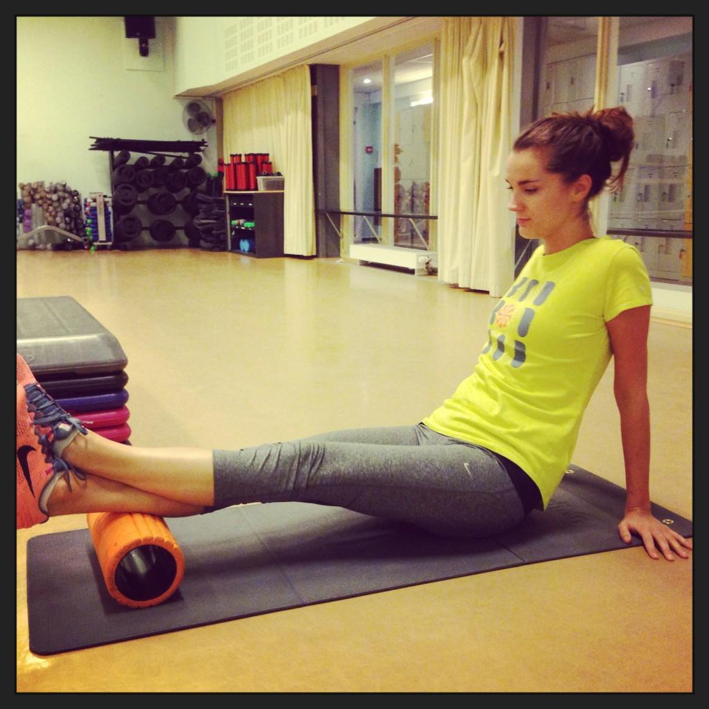 Samen met een personal trainer bij Health Club Jordaan trainde ik volgens het OPT-model. De foam roller is daar een onderdeel van. Zo kun je bepaalde pijnlijke triggerpoints in je lichaam weg 'rollen'. Heel easy en effectief.
