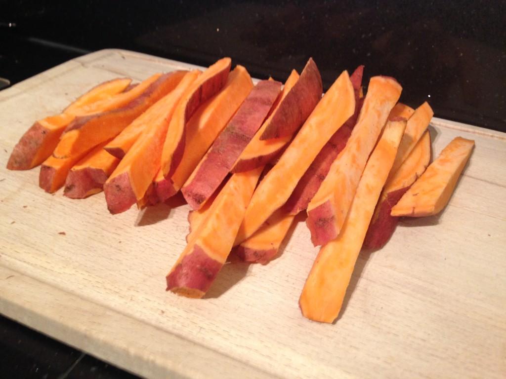 Gesneden superfood frieten van zoete aardappel