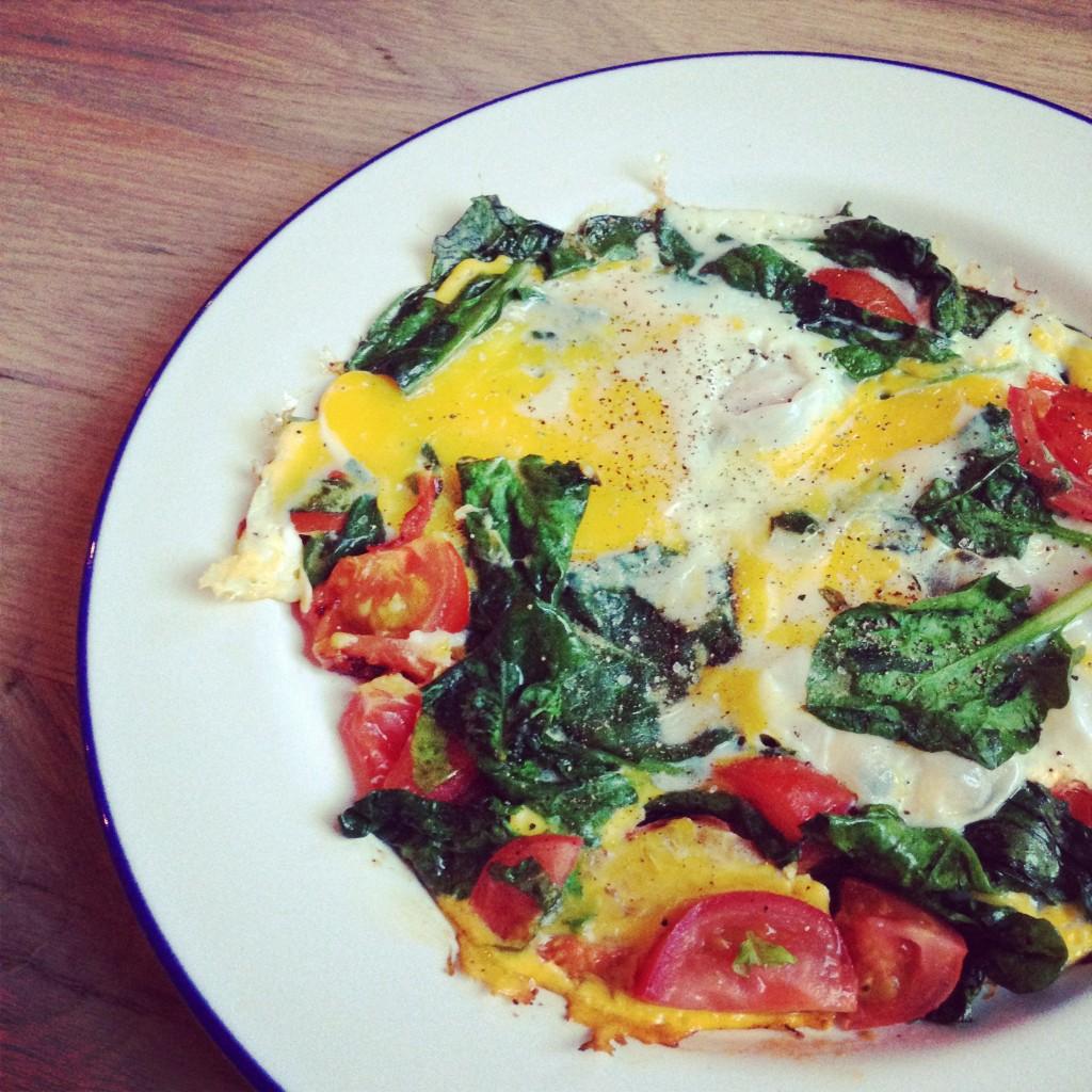 Een ander lekker ontbijt van mij deze maand: omelet van 2 eieren met spinazie en tomaat. Gebakken in de kokosolie van Ekoplaza.