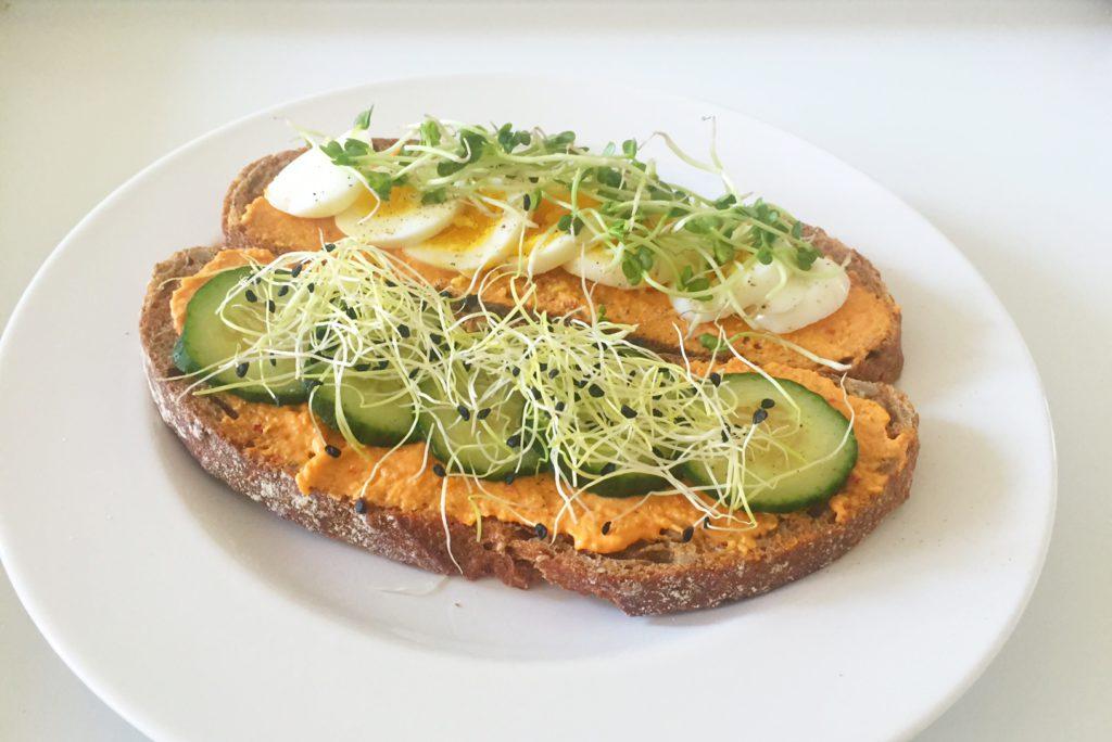 sandwich met hummus, ei en kiemen