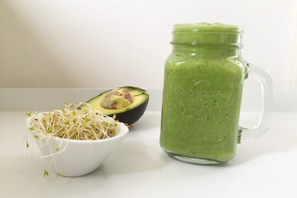 probiotische groene smoothie met alfalfa kiemen en zuurkool