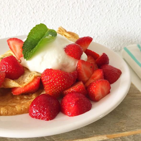 omelet met aardbeien, munt en kwark, gezond ontbijt