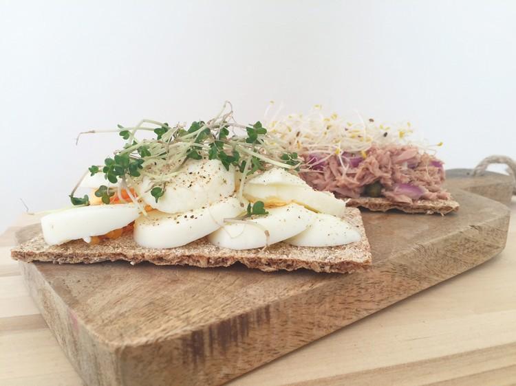 cracker gekookt ei en tonijn met kiemen