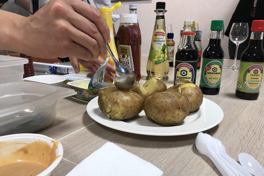 gepofte aardappel met sojasaus kikkoman