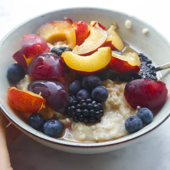 snelle oatmeal met bessen, bramen, havermout