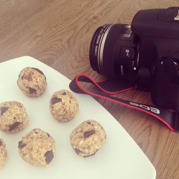 Ik ben zo happy met mijn Canon spiegelreflex! Dat zijn mijn favoriete werkdagen: kokkerellen voor mijn site en het vervolgens fotograferen! Zoals deze cookie dough bonbons (klik voor recept).