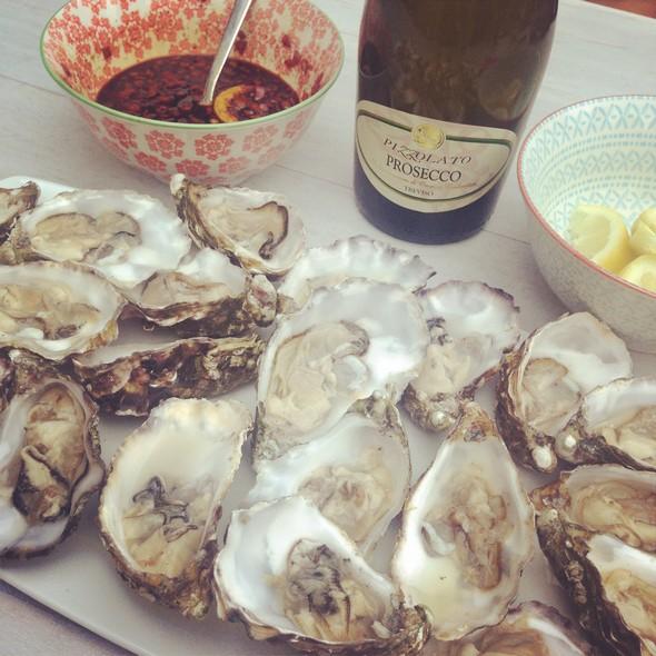 Tijdens één van de vele BBQ's deze maand nam een vriend een kistje oesters én prosecco van Marqt mee als voorafje. Zo. Dat was nog eens een goede binnenkomer!