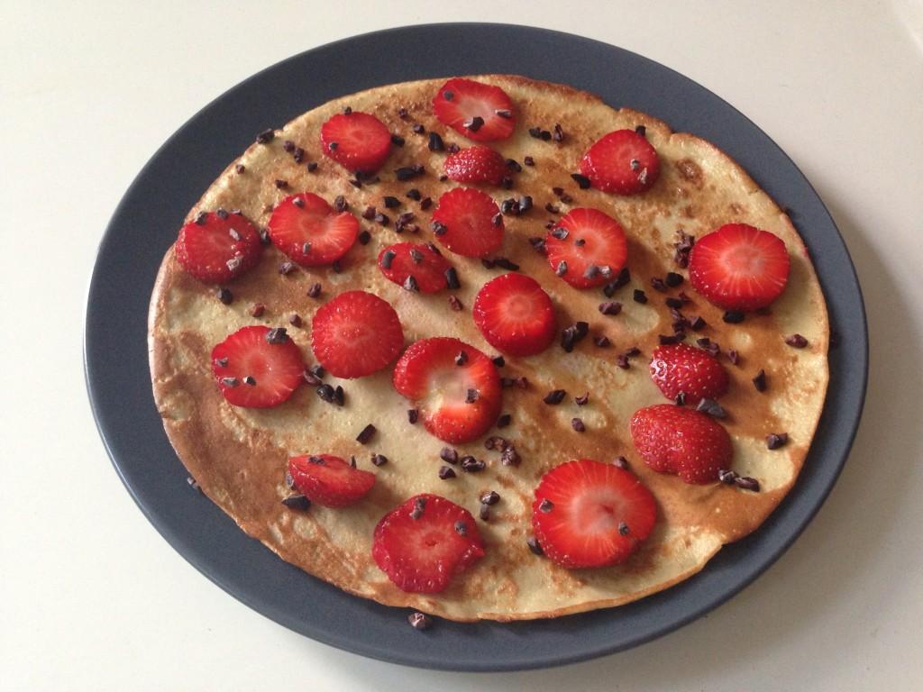 Quinoa pannenkoek met aardbeien en cacao nibs