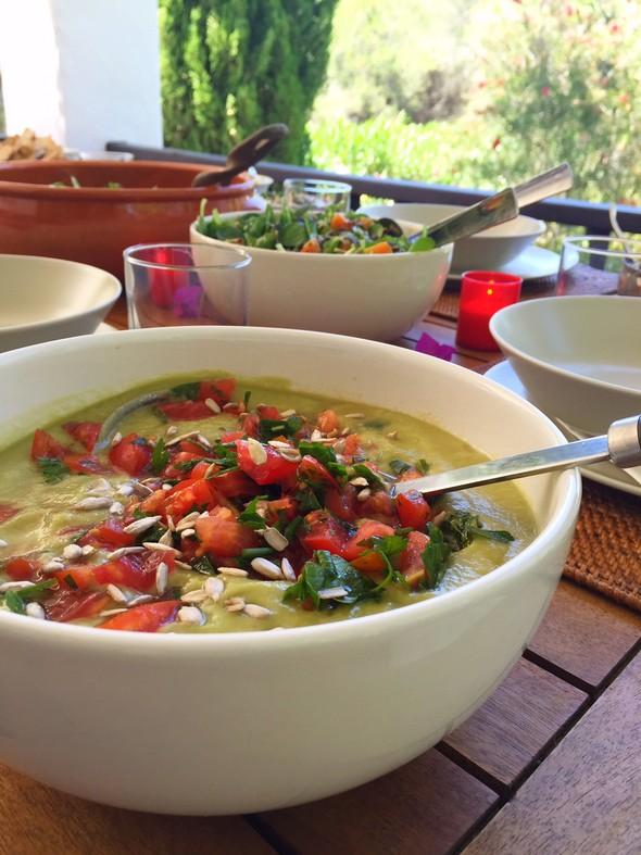 bobby's table ibiza - gazpacho van avocado, komkommer en een tomaten topping. - Bobby's Table Ibiza - healthy food