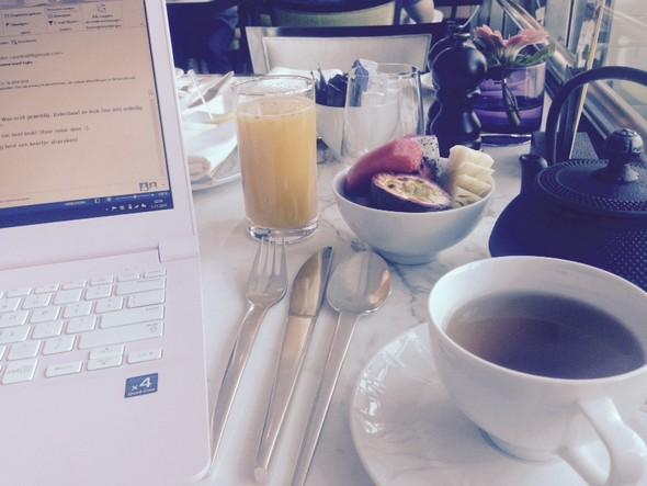 Theetje, vers fruit, slowjuice en mijn laptopje. Ik tik met veel plezier nog een blogje tijdens het ontbijt.