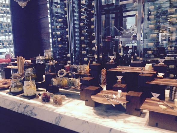 De ontbijtruimte bestond zelfs uit deze prachtige wijnkamer met tientallen overheerlijke kaasjes. Voor het ontbijt iets te heftig voor mij, maar rond borreltijd (oeps!) had ik er graag een kaasje mee gepikt.