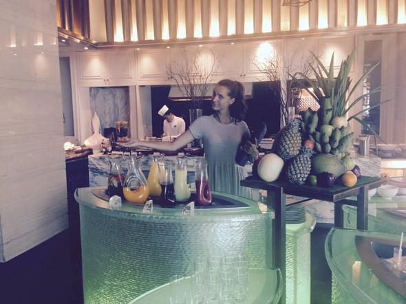 Ik presenteer u....: de tafel met vers fruit en healthy fruit juices.