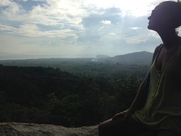 Het was een pittige klim... eerlijk is eerlijk. Maar beloond worden met dit prachtige uitzicht over Koh Phangan maakt het meer dan waard.