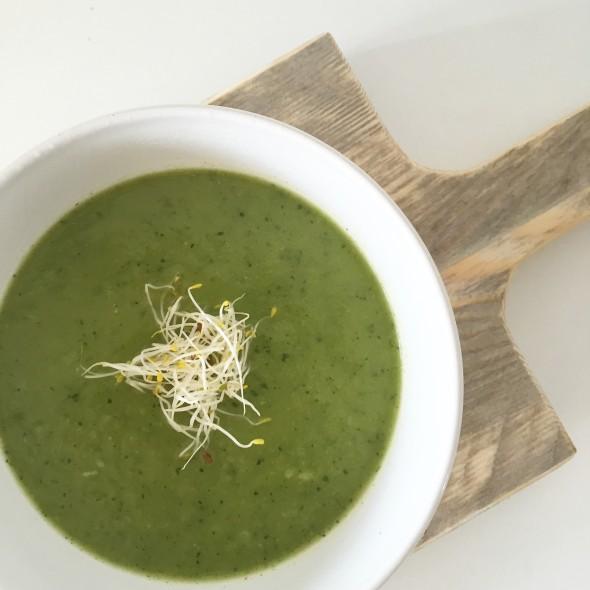 courgette broccoli soep met alfalfa kiemen