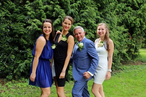 Bijzondere dag! Mijn vader ging trouwen. Echt heel leuk en bijzonder dus om mee te mogen maken. Op de foto mijn vader, zusjes en ik.