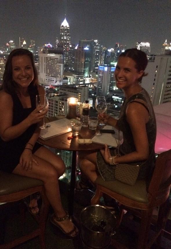 """Een onvergetelijke maand hoort onvergetelijk afgesloten te worden. Daarom hebben we ons laatste avondje samen in Bangkok """"gevierd"""" met een fancy diner bij rooftop restaurant Above Eleven. Heerlijk gegeten en dat uitzicht... We kwamen hier wel tot de ontdekking dat we de meest waardeloze backpackers ooit zijn. Geen hostel van binnen gezien, maar zo'n rooftop bar kunnen we wel waarderen!"""
