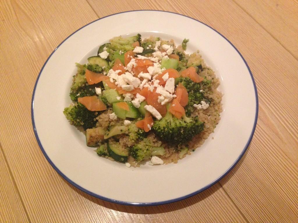 Quinoa recept met groene groenten, zalm en feta