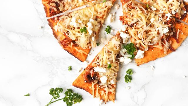 Zoete aardappelpizza met zuurkool