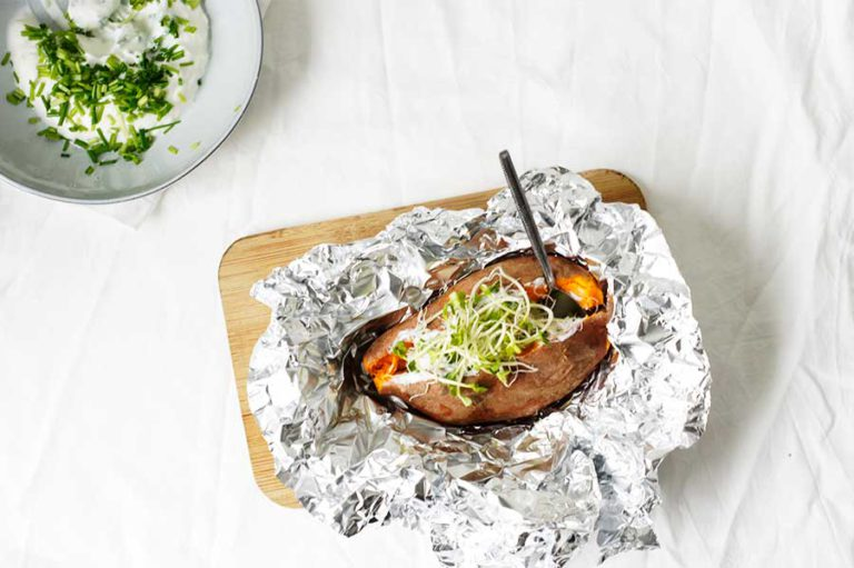 gepofte zoete aardappel met bieslook en kiemen