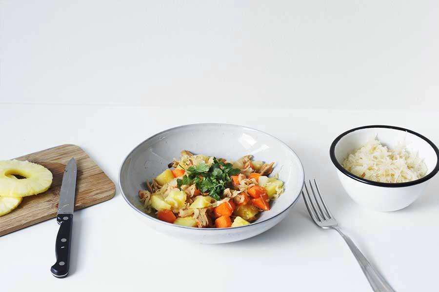 Zuurkool uit de wok met ananas, pompoen en kip