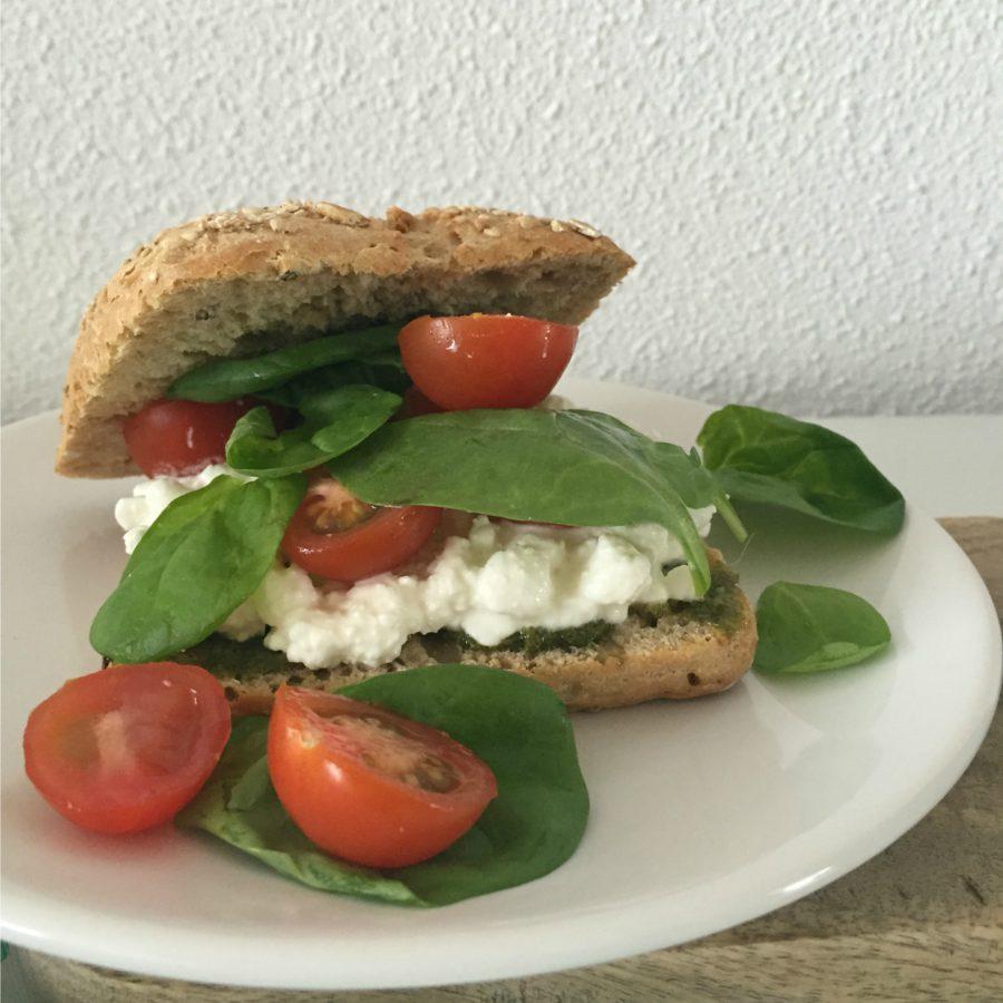 broodje hüttenkäse, tomaat & pesto