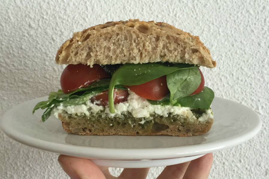 broodje tomaat, hüttenkäse & pesto, fabels over afvallen, foodhacks