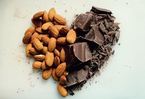 Chocolade en amandelen voor een jonge huid