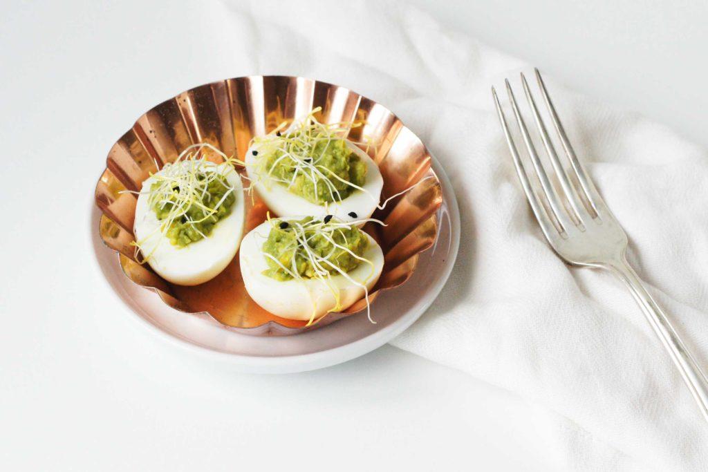 gevulde eieren met avocado en kiemen