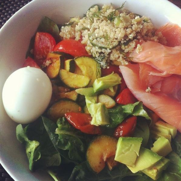 Lunch uit eetdagboek met quinoa, zalm en ei