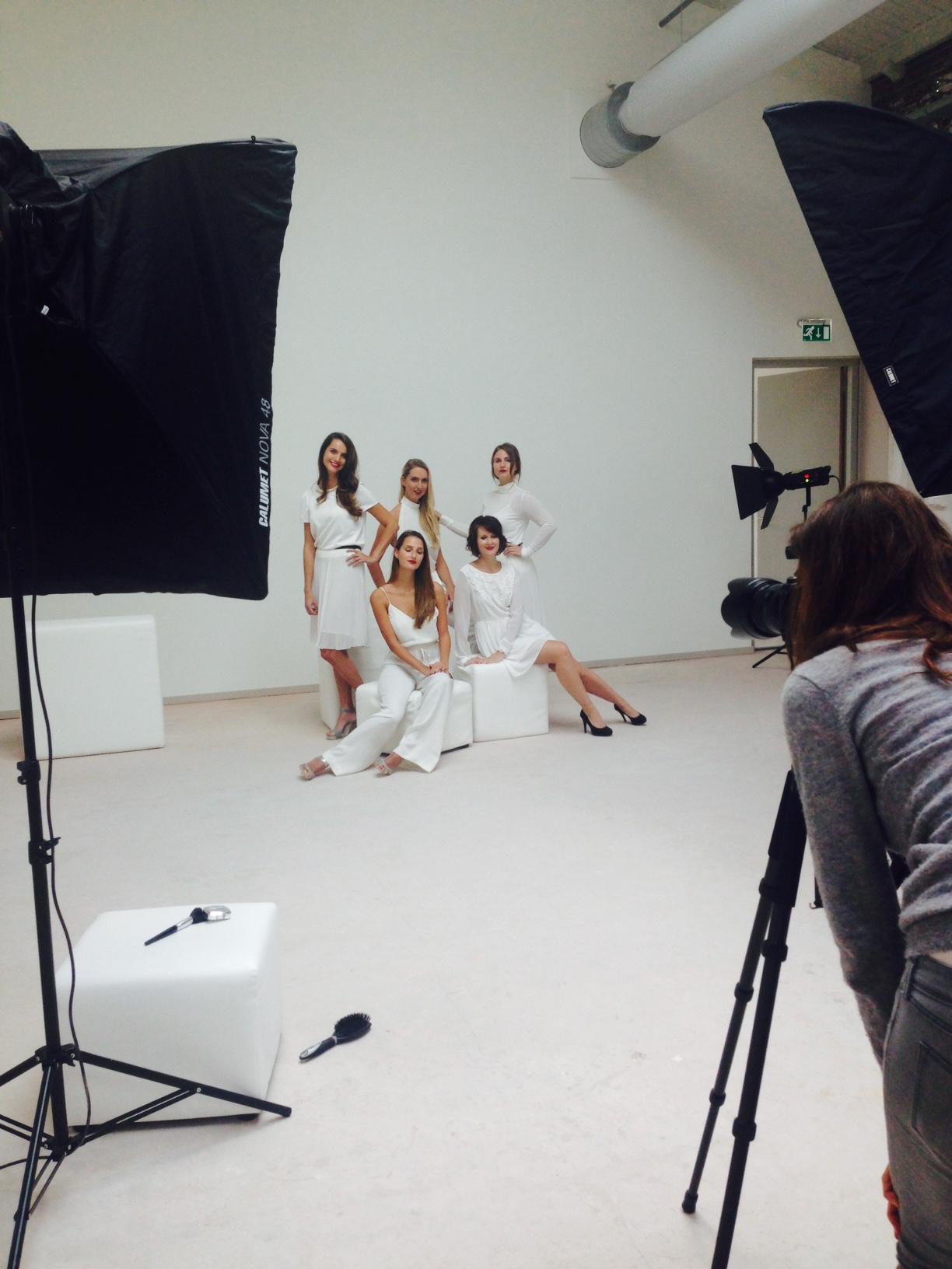 En vervolgens met de andere 4 blogger modellen uit mijn groep. We zijn later gephotoshopt aan de foto van de andere 5 modellen. Fotograaf en visagist hadden hun handen al vol aan 5 meiden tegelijk. 10 tegelijk zou te heftig zijn vermoed ik ;-)