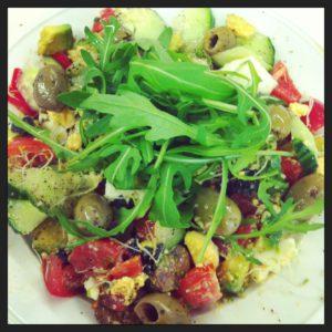 Eetdagboek: Salade met zeewier, nori blad, rucola, walnoten, komkommer, paprika, tomaat, avocado, olijven, alfalfa, ei