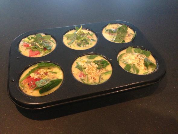 Vul de muffins vormpjes met het ei mengsel - ei muffins