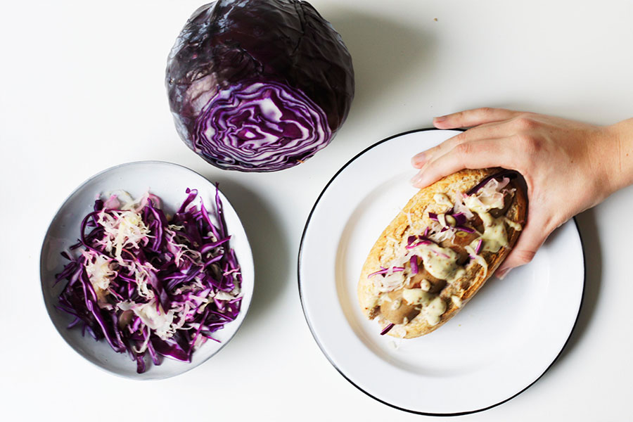 Vegan hotdog met zuurkool mosterd-mayo