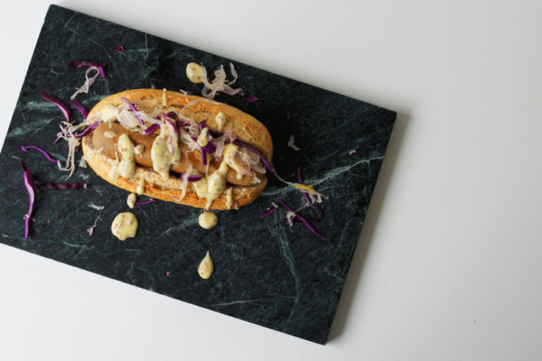 Vegan hotdog met zuurkool & mosterd-mayo